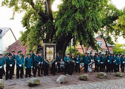 """Die Gerichtslinde ist über 650 Jahre alt und ist das Wahrzeichen von Bordesholm. Das """"Vogel Dinggericht"""" der Bordesholmer Liedertafel ist Teil des Vogelschießens. Foto: Karsten Rocholl"""