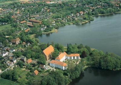 Blick auf die Klosterinsel, Standort des ehemaligen Augustiner-Klosters. Zu sehen ist die 1332 errichtete Klosterkirche und das Alte