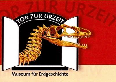"""Ein anderer kultureller Schwerpunkt findet sich im """"Tor zur Urzeit"""" in Brügge. Die Ausstellung vermittelt auf spannende Weise das Wissen um die Erd- und Lebensgeschichte. Attraktionen sind u.a. der Tyrannosaurus rex, ein Mammut und die größte Seeschlange der Welt. www.torzururzeit.de"""